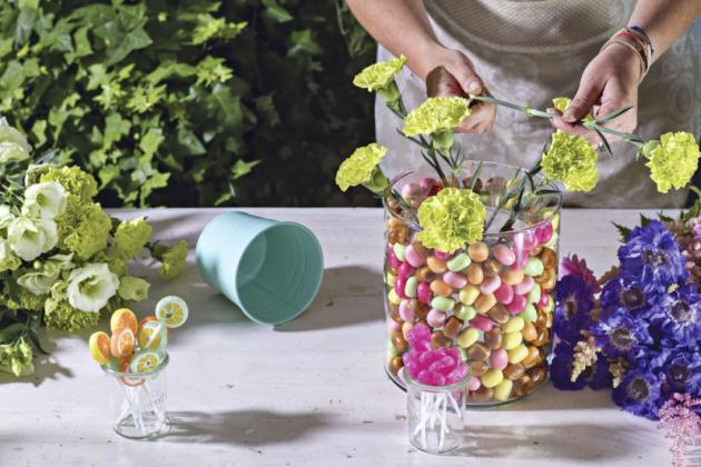 4. Můžete začít aranžovat květiny domřížky, vyplňujte ji pocelé ploše adruhy květin přitom střídejte. Aby rostliny déle vydržely, seřízněte stonky šikmým řezem. Dovody doporučujeme přidat výživu pro květiny.