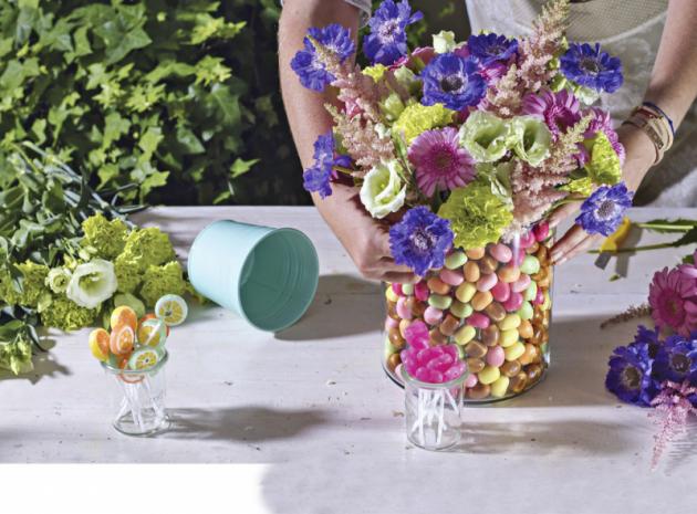 5. Snažte se bonbony skvětinami barevně sladit. Aklidně může jít jenom ojednu barvu.