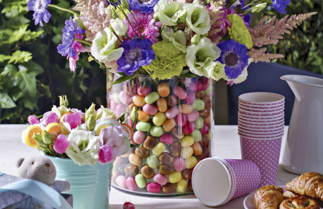 Květiny vbonbonové dóze potěší vaše děti hned dvakrát. Jednak si budou moci zamlsat a také díky květinám získají pocit vlastní důležitosti. Navíc je tak nenásilně naučíte, že květiny patří kjakékoli slavnostní příležitosti.