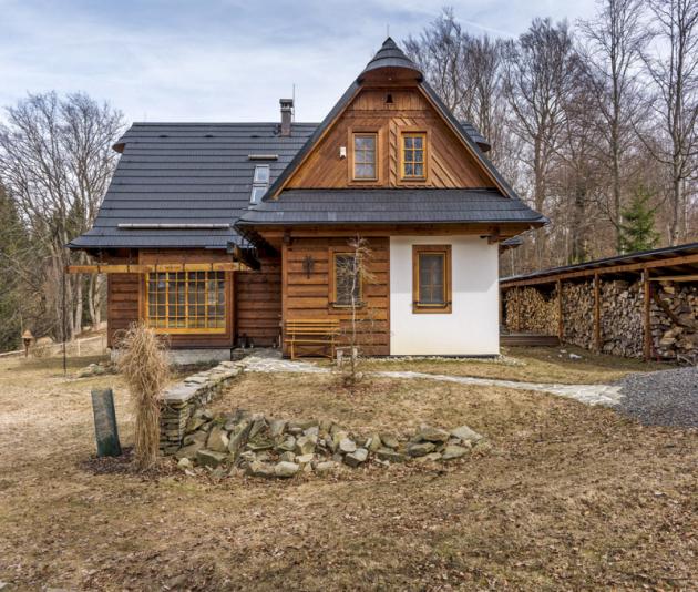 Dřevěnice je postavená vduchu tradiční beskydské architektury. Typická je například šindelová střecha skuklami vhřebeni atakzvanou obháňkou, pod níž jsou schované stropní trámy