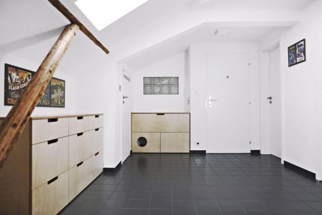 Zásuvková komoda abotník vevstupní hale jsou zhotoveny namíru. Součástí botníku je itoaleta pro kočku