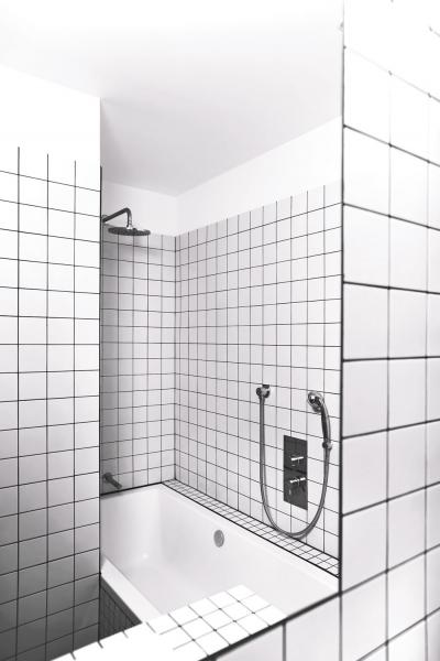 Akrylátová vana prakticky přechází vesprchový kout, který je zapuštěný vnice, kde není třeba žádné zástěny ani závěsu