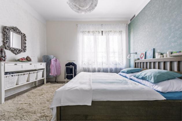 Ložnice je laděná douklidňujících tónů modré anadčasové bílé. Obrazy položené načele postele akrajkové svítidlo jsou opět Moničinými výtvory