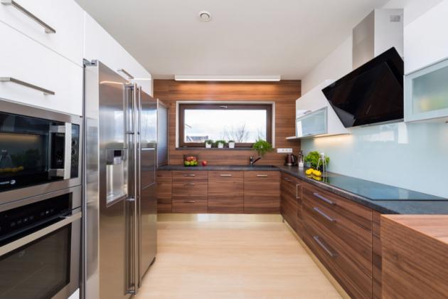 Kuchyň chtěla paní domu pojmout hlavně prakticky ajednoduše. Zajímavým prvkem je dřevěné obložení celé čelní stěny