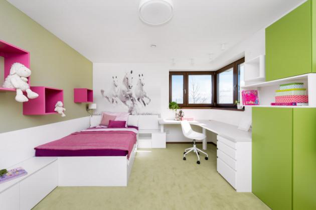 Navětší bílou postel vdívčím pokoji plynule navazuje velkoryse pojatý pracovní kout. Nazdi zapostelí je fototapeta vyráběná namíru