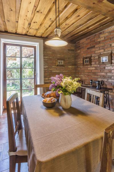 Prostorný jídelní kout vkuchyni je prosvětlený velkým francouzským oknem, které se otevírá dopředzahrádky