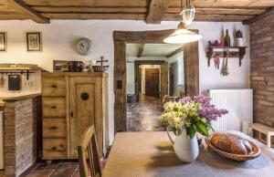 Originální historický nábytek pro chalupu manželé Vlkovi sbírají aopravují