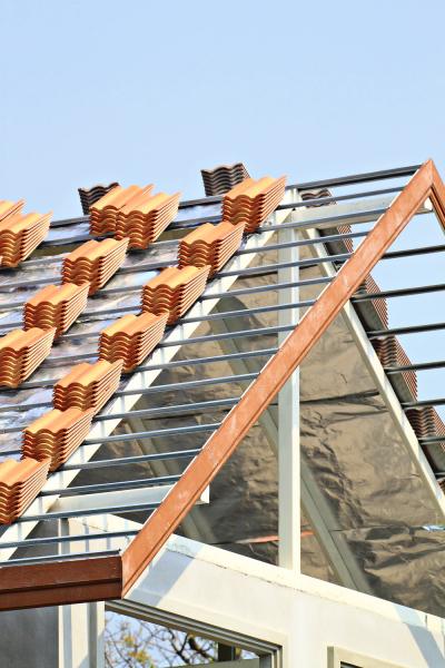 Konstrukce střechy završuje hrubou stavbu domu. Je to slavnostní okamžik hodný vetknutí glajchy nahřeben. Střecha by měla být hotová před podzimem, nejen kvůli tomu, aby byl čas namnožství dalších dokončovacích prací.