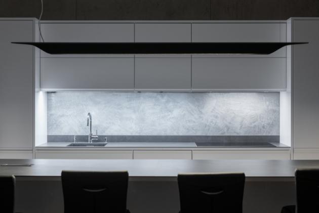 """Dojem chladného nadčasového betonu navozuje také povrch Imitace betonu®, který je šitý na míru dynamickým, moderním a nadčasovým interiérům či exteriérům. Imitace betonu® bude vždy """"IN"""". Jeho decentní kresba se hravě sladí s libovolnou barvou a nejrůznějšími doplňky."""