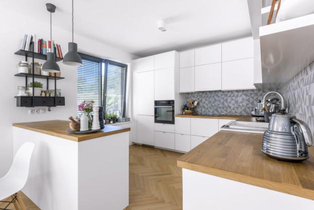 Kuchyňská sestava (Ikea) musela pojmout dvě chladničky aveškeré nádobí adoplňky, které Marika potřebuje kběžnému vaření aservírování, ale také kestylingu jídel pro blog akuchařku