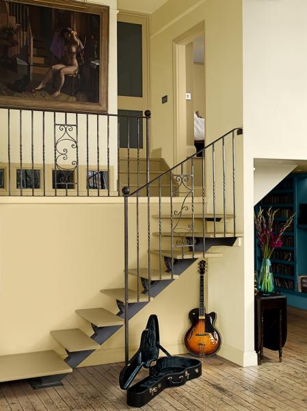 Součástí schodiště je i zábradlí, které byste při renovaci neměli opomenout. Zašlé a ušpiněné zábradlí nebude dobrou vizitkou vašeho domu. Pokud je ze dřeva, platí pro jeho opravu stejná pravidla jako vpřípadě dřevěných schodů.