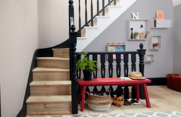 Nic nevydrží věčně. I kvalitní dřevěné schody se časem poškodí. A protože schodiště má kromě funkce dovést nás o patro výš také funkci dekorativní, neměli bychom na něj při péči o dům zapomínat. Pokud se renovace provede včas, hravě ji zvládnete sami a nebude ani nutné volat na pomoc odborníky.