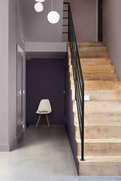 """Než sopravou začnete, je potřeba počítat stím, že vstup do vyšších pater budete muset na jistý čas oželet, než vše na schodišti dobře proschne. Vtomto směru se opravdu nevyplatí spěchat. Renovaci by měla předcházet důkladná kontrola stavu každého schodu. Pokud je """"zdobí"""" rýhy, nebo dokonce registrujete prošlapaná místa, bude nutné vzít si na pomoc brusku. Sjejí pomocí nejprve důkladně odstraňte starý lak. Praskliny amenší díry vytmelte, nechte dobře proschnout a poté pomocí jemného smirkového papíru lehce přebruste, aby byl povrch dokonale hladký. Vzniklý prach poté odstraňte vysavačem. Takto budete mít povrch schodů připravený na následné lakovaní."""