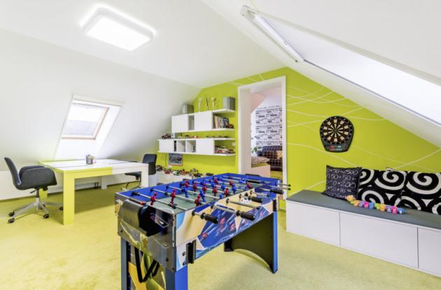 Výroba namíru umožnila designérovi svobodnou práci sbarvami. Velký pracovní stůl je zpoloviny vbarvě výmalby pokoje, což jasně vymezuje pracovní plochu sourozenců