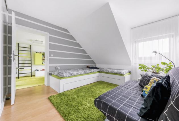 Oživit atematicky propojit oba pokoje se podařilo díky čárám, které podle designérových skic nastěny nakreslil malíř pokojů