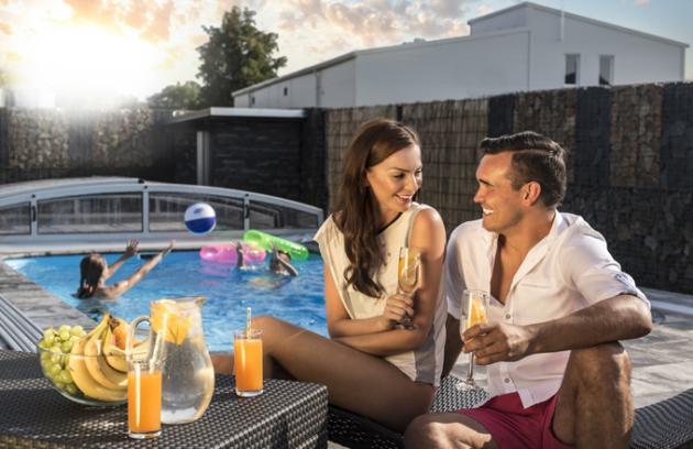Koupací sezóna je v plném proudu a díky vysokým teplotám a letnímu počasí je možné trávit ve vodě téměř celý den.V našich klimatických podmínkách si však bazénu užijeme jen tři letní měsíce. K prodloužení sezóny ale výrazně napomáhá zastřešení bazénů v kombinaci s tepelným čerpadlem, díky kterému si budete moci užívat koupání až do října.