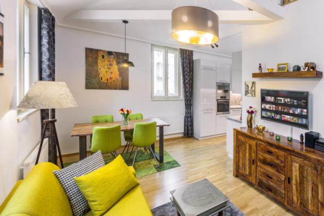 Hezký aútulný byt vestřešní nástavbě nabízí komfortní bydlení jedné, popřípadě idvěma osobám, které mají rády takto vyhraněný styl