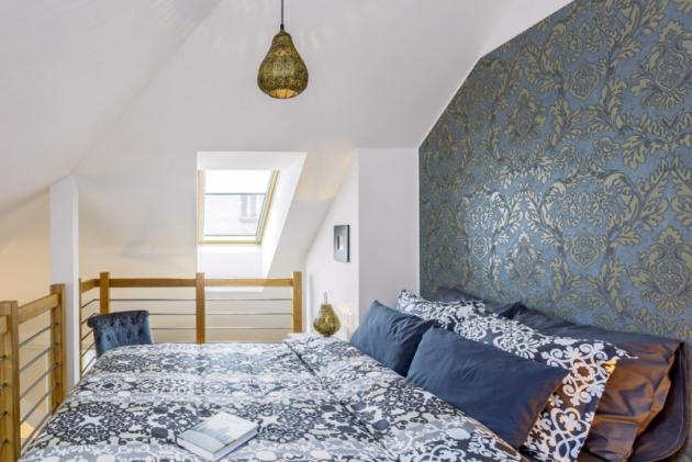 Orientální nádech dodává ložnici mimo textilií itapeta pořízená vHornbachu atepané kovové svítidlo zprodejny Asko nábytek