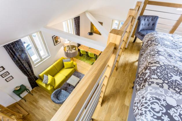 Hezký pohled nastylově zařízený interiér se naskytne také zgalerie vyčleněné pro ložnici