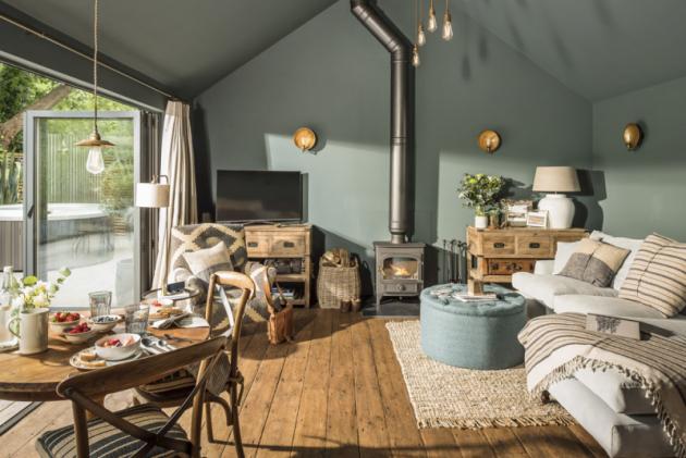 Sedací souprava vobývacím pokoji je postavena svýhledem nazahradu. Televize vrohu je to poslední, co vSanctuary návštěvníky zajímá