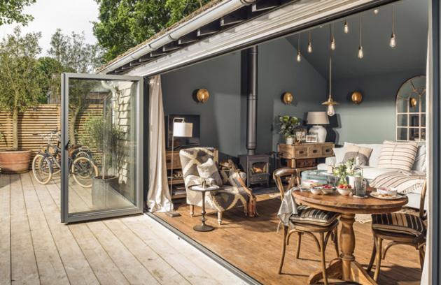 Široké dvoukřídlé francouzské dveře otevírají interiér aumožňují být vkontaktu sokolím, ikdyž třeba prší