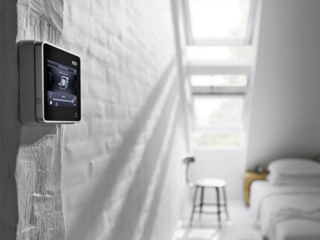 Systém Velux Integra představuje portfolio elektrických asolárně napájených střešních oken, rolet, venkovních rolet adoplňků smožností ovládání přes chytrý ovladač, telefon, tablet ipočítač, cena podle realizace, www.velux.cz