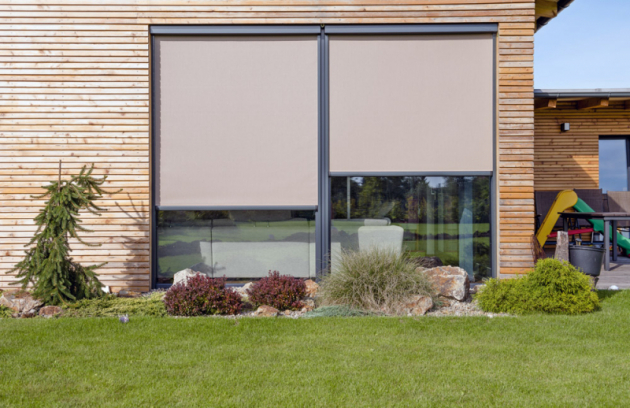 Screenová roleta Zipscreen je díky vodící liště odolná vůči větru. Vkombinaci se zatemňovací látkou zajistí úplné zatmění místnosti,  cena podle rozměru apoužité látky, www.minirol.cz