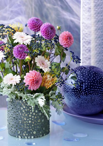Vzáří přichází doba vlády podzimních královen zahrad akvětinových výstav. Jiřiny, jiřinky, nebo také podzimní růže jsou unás jednou znejoblíbenějších trvalek. Izamálo péče se odvděčí záplavou květů pestrých barev.