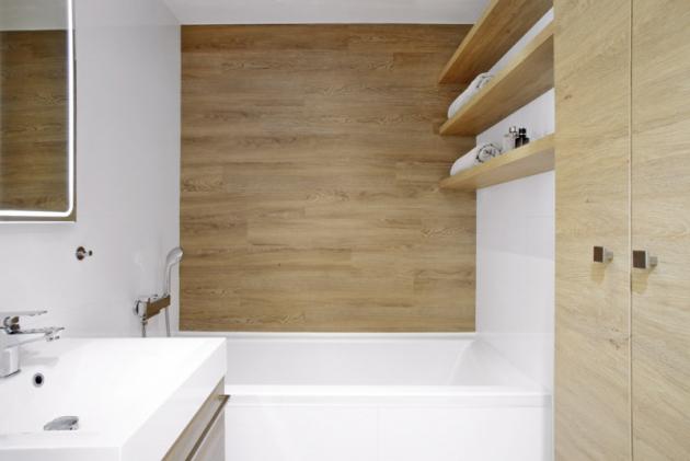Vdětské koupelně je vana. Prostor zaní je vyplněn vinylem, který je použitý vbytě napodlahách