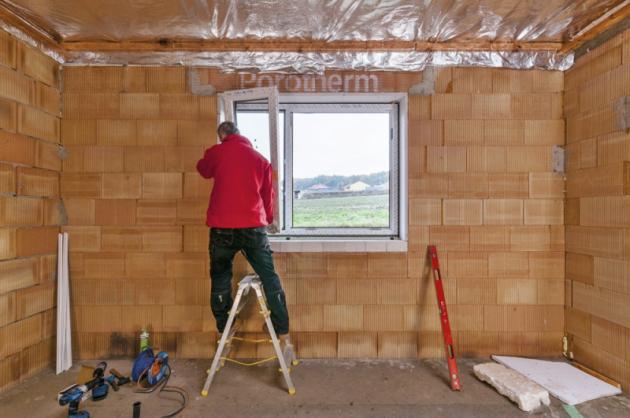 Laik by nikdy neměl okno  seřizovat sám prostřednictvím šroubů vkování, ale požádat oto dodavatelskou firmu.  Více oplastových oknech nawww.inoutic.cz