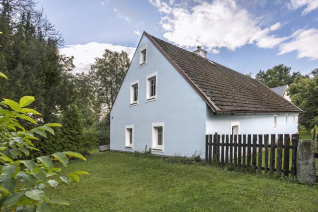 Novou modrou fasádu dostal dům poměrně nedávno. Následovala hned povýměně oken, kterou iniciovala Michaelina maminka