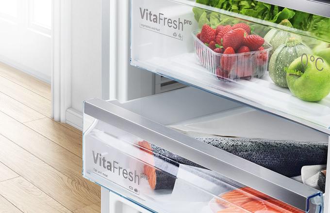 Kvalitní stravování je základem zdravého životního stylu. Chladničky jsou klíčovým spotřebičem pro skladování zdravých potravin a kvalitní denní příjem potřebných živin. Chytré chladničky Bosch toho nabízejí ještě více. Systém VitaFresh Pro fresh zaručuje delší čerstvost potravin, zachovává jejich texturu a snižuje pravděpodobnost jejich zkažení. Bosch tak reaguje na téma omezení plýtvání potravinami.