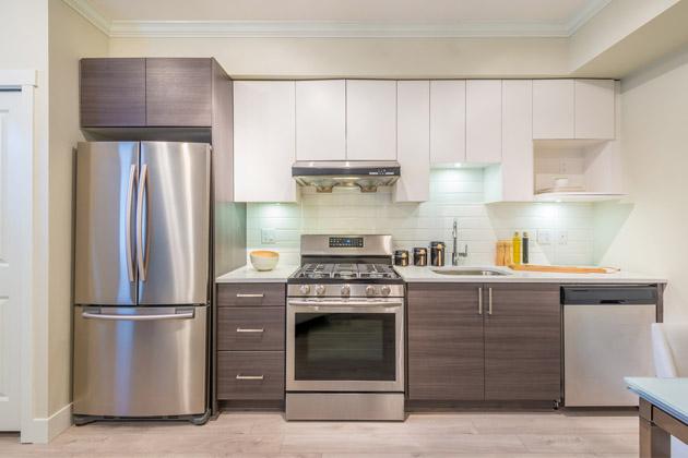 Kuchyně patří k těm nejdůležitější místnostem v rámci domácnosti. Dnes neslouží pouze k přípravě pokrmů, ale také jako místnost, kde se často společně scházíme. Ať už je to snídaně nebo večeře, v průběhu pracovního týdne jsou to často ty hlavní momenty, u kterých se sejde celá rodina pohromadě. Také proto bychom si v kuchyni měli udělat prostředí nejen ideální pro vaření, ale také pro stolování, máme-li kuchyň spojenou nebo aspoň částečně spojenou s jídelnou.
