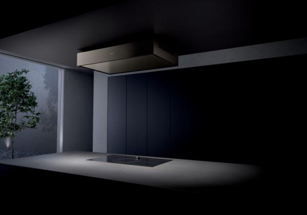 Stropní odsavač Gaggenau serie 200. Elegantní hliníkový odsavač ve světle bronzové barvě nenápadně zdobí strop kuchyně.