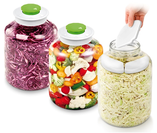 Kvašení v domácích podmínkách přitom už dávno není o obřích a drahých kameninových nádobách, šlapání zelí a zatěžováním deskou a kamenem – moderní skladná souprava vyjde na stokoruny a o kvašenou zeleninu v ní se v průběhu fermentace nemusíte starat.