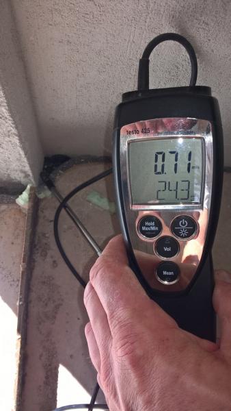 Obr. 1) Nedůsledně realizovaný styk vnitřní omítky v rohu okna. Při měření je vidět poměrně výrazné proudění vzduchu.