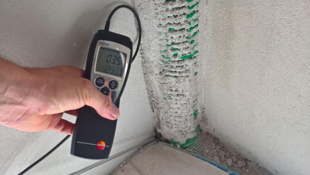 Obr. 2) Problemtické místo napojení příčky na obvodou stěnu v místě instalace průchodů u hrubé podlahy. Opět lokální záležitost  s nežádoucím prouděním vzduchu.