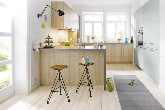 Kuchyň Bari K810 značky Schüller C má pohledové plochy zplastu vimitaci Buk Castell avatlasovém laku L365 vledovcově modré barvě, www.schueller.de