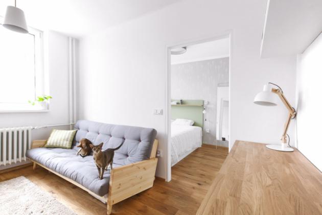 Nová masivní dubová podlaha je sjednocujícím prvkem větší části interiéru