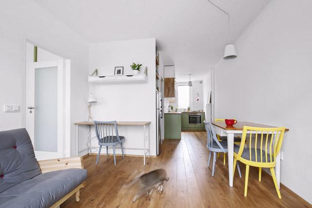 Díky propojení kuchyně sobývacím pokojem aoknům vobou místnostech vznikl hezký prosvětlený prostor