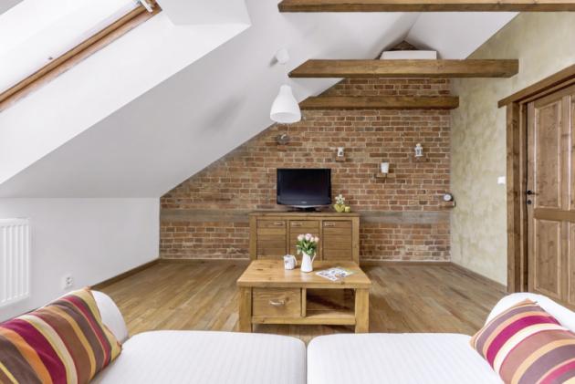 Celý obývací prostor zdobí nově postavená zeď sodkrytými pohledovými cihlami