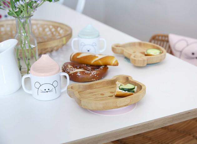 Zpřírodního bambusového dřeva je vyrobena i mistička Platter Bamboo zkolekce Little Chums německé značky Lässig. Design mističky ve tvaru hlavy kočičky, pejska či myšky je dotažen kdokonalosti vyobrazením zvířátek i na dně mističky – ktomu se děti propracují, až když vše hezky snědí. Spodní díl mističky je opatřen silikonovým protiskluzovým kroužkem spřísavkou, aby odolal energickým pohybům malých dětí.