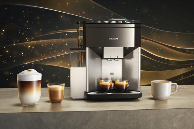 Aby šálek kávy přinesl maximální potěšení, je třeba dodržet několik důležitých detailů – správnou úroveň mletí, optimální teplotu i tlak vody. Snovými plně automatickými kávovary Siemens EQ.500 si ale s ničím nemusíte dělat starosti. Nejnovější modely zúspěšné řady EQ připraví dokonalou kávu na základě pouhého dotyku na barevném TFT displeji.