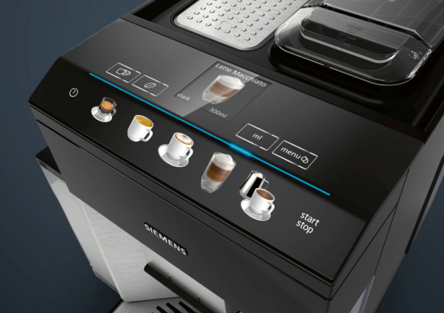Ať už dostanete chuť na hedvábně jemné latte macchiato, espresso s výraznou chutí nebo tradiční caffè crema, s novými plně automatickými kávovary Siemens máte rychle a jednoduše kdispozici bezpočet kávových specialit. Na barevném TFT displeji coffeeSelect v horní části spotřebiče pohodlně a snadno vyberete, co byste si dali. Modely EQ.500 oceňují především zákazníci, kteří upřednostňují špičkový design aintuitivní ovládání.