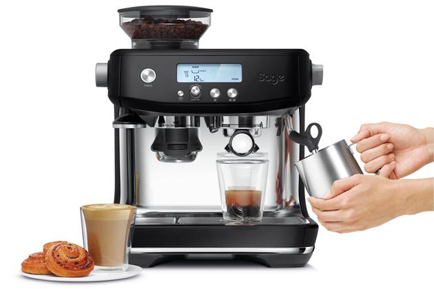 Modelpákového espressa The Barista ProSES878BTR (Sage)velegantním černém provedení stylově doplní každý interiér. Kávovar má intuitivní rozhraní, které usnadňuje ovládání a je naprosto přehledné. Kávovar je také vybaven integrovanou parní tryskou, která dokáže našlehat hedvábně jemnou mléčnou pěnu pro přípravu variant kávy, jež obsahují mléko – například cappuccino nebo latté. To usnadní i nerezová konvička na pěnění mléka se zabudovaným teploměrem. Cena 21 990 Kč