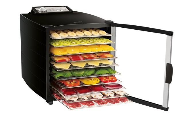Velkokapacitní sušičkaSENCOR SFD 7000BK(příkon 800W) nabízí sušení potravin na10 nerezových platech, které zajišťují maximální hygienickou čistotu. Kroměplata na přípravu RAW potravin, zde snadno usušíte bylinky na čaj, rajčata na pravou italskou pastu, zeleninu do polévek, maso i ryby ale i například citrusovou kůru na vánoční dekoraci. Cena 3999 Kč.