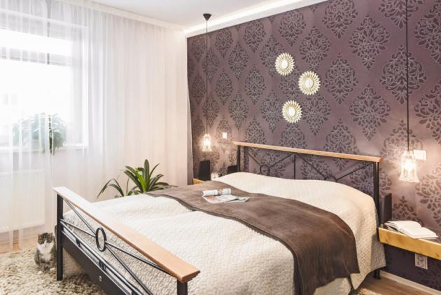 Kombinaci výrazných barev se vzorem designérka zopakovala ivedruhém pokoji, zde je stěžejním solitérem postel skovovým rámem adřevěnými detaily, kterou si přivezla paní majitelka zpředchozího bytu asem padne jako ulitá