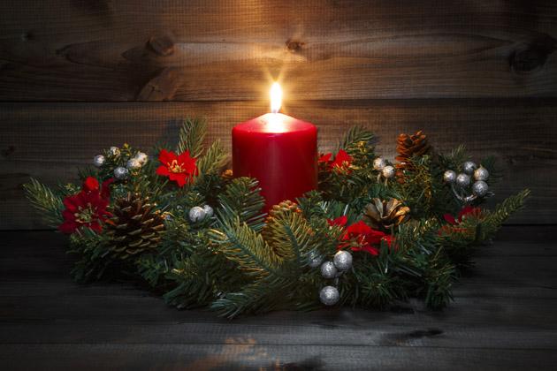Knejkouzelnějším svátkům vroce neodmyslitelně patří také sváteční výzdoba. A kdo říká, že vánoční dekorace musíte nakoupit vobchodě a utratit za ně jmění? Stačí si najít jednoduchou inspiraci, opatřit si dostatek přírodního materiálu a pustit se do tvoření.