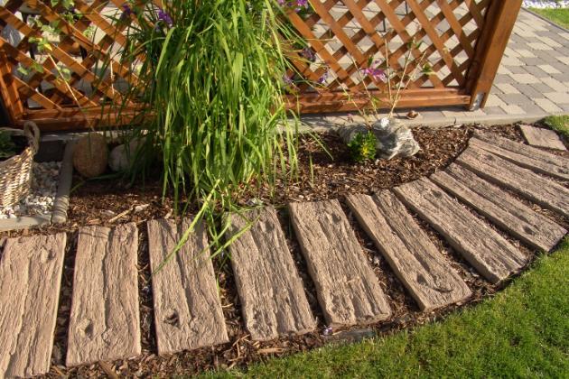 Uvažujete o tom, že byste část pozemku na zahradě zpevnili pomocí dlažby, ale nejste si jistí, jaký typ zvolit? Pro tyto účely nejlépe poslouží betonová dlažba. Nejen, že dobře vypadá, ale má i mnoho výhod.