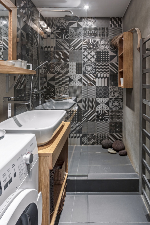 Zdi nové koupelny zdobí šedá stěrka aobkládačky Azulej. Nábytek vyrábělo nazakázku truhlářství Papík